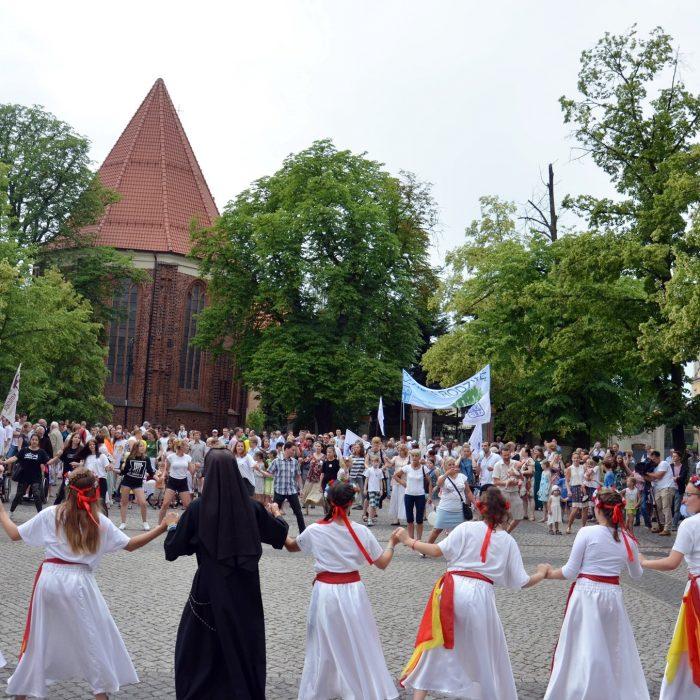 Tańce lednickie przed Katedrą Poznańską, fot. P. Rogal